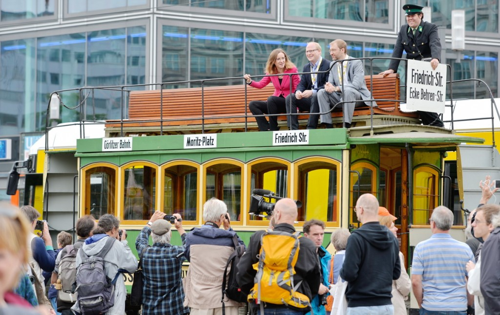 Festakt 150 Jahre Strassenbahn, 22.06.15, Alexanderplatz, Berlin: Die Vorstandsvorsitzende der Berliner Verkehrsbetriebe Dr. Sigrud Nikutta sitzt auf einem historischen Strassenbahnwagen. Foto: BVG/Oliver Lang