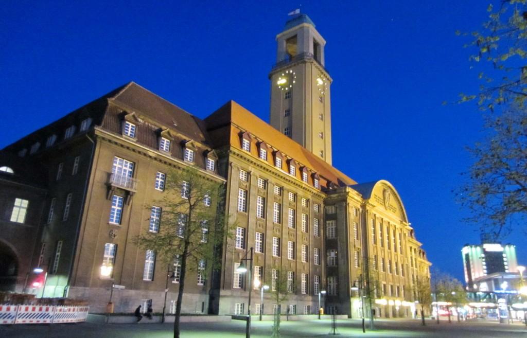 Rathaus Spandau bei Nacht