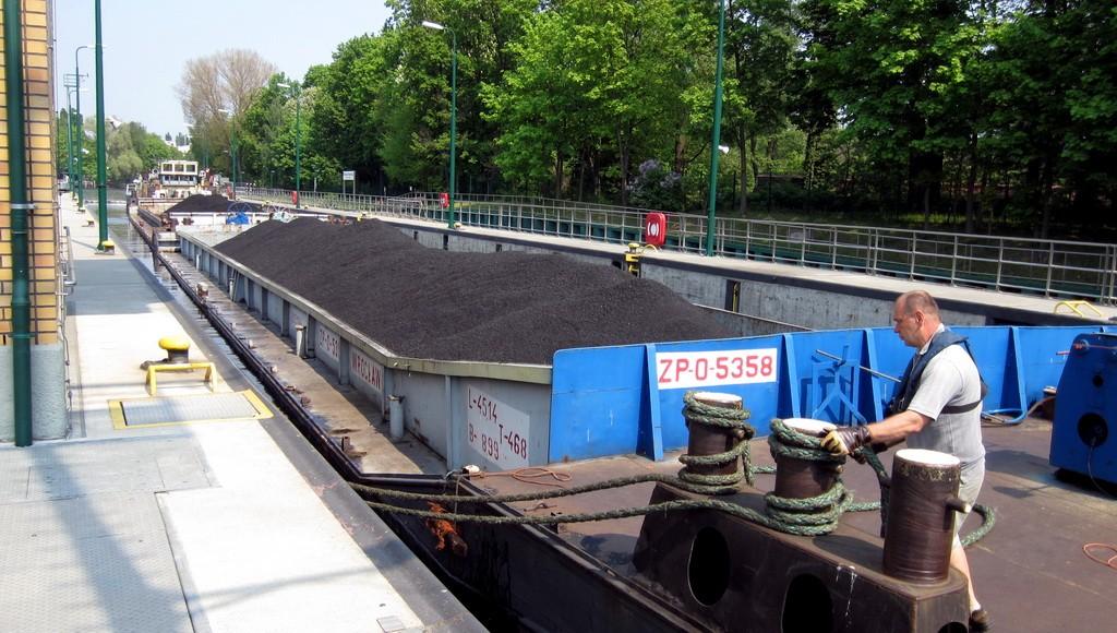 Kohle-Binnenschiff in Schleuse Spandau